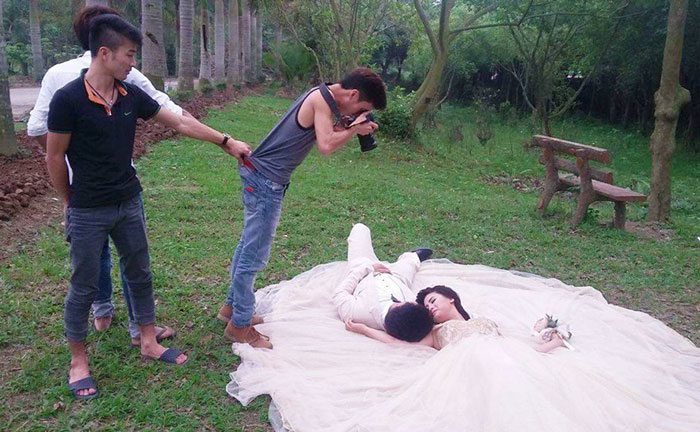 funny-pictures-professional-wedding-photographers-behind-the-scenes (6)