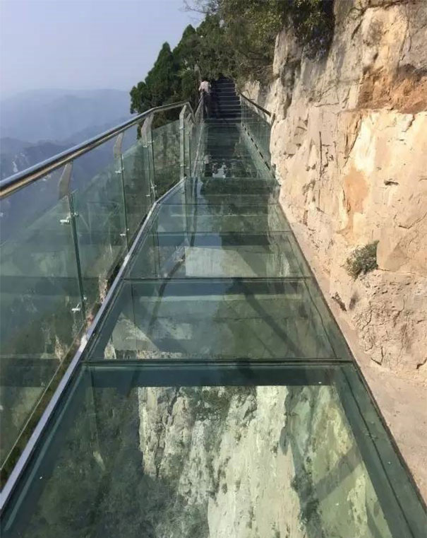 sky-glass-walkway-broken-under-feet (5)