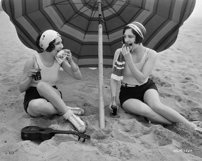 western-modern-fashion-1920s-women-dress-clothing-style (11)