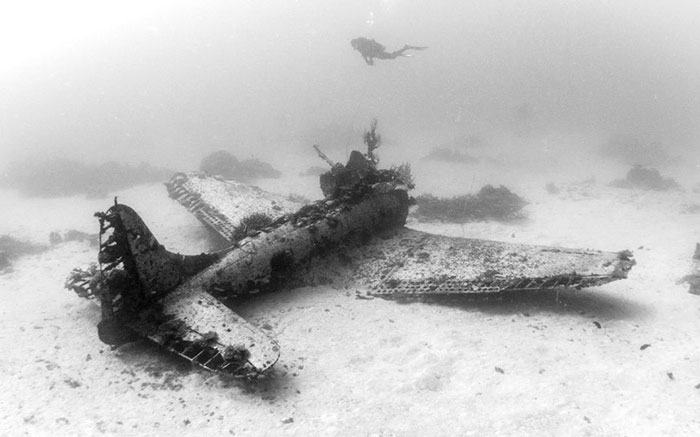 ww2-underwater-plane-graveyard-photographs (2)