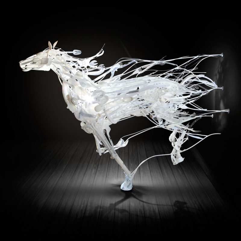 animals-sculptures-in-motion-made-of-reclaimed-plastic-objects (3)