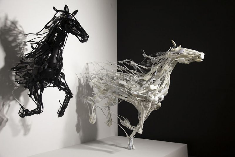 animals-sculptures-in-motion-made-of-reclaimed-plastic-objects (4)