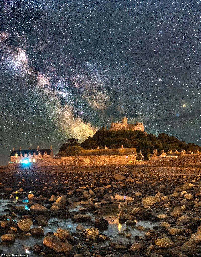 stunning-beautiful-galaxy-milky-way-stars-St-Michaels-Mount-photographs (1)