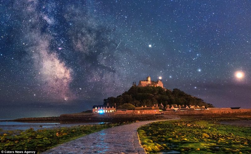 stunning-beautiful-galaxy-milky-way-stars-St-Michaels-Mount-photographs (2)