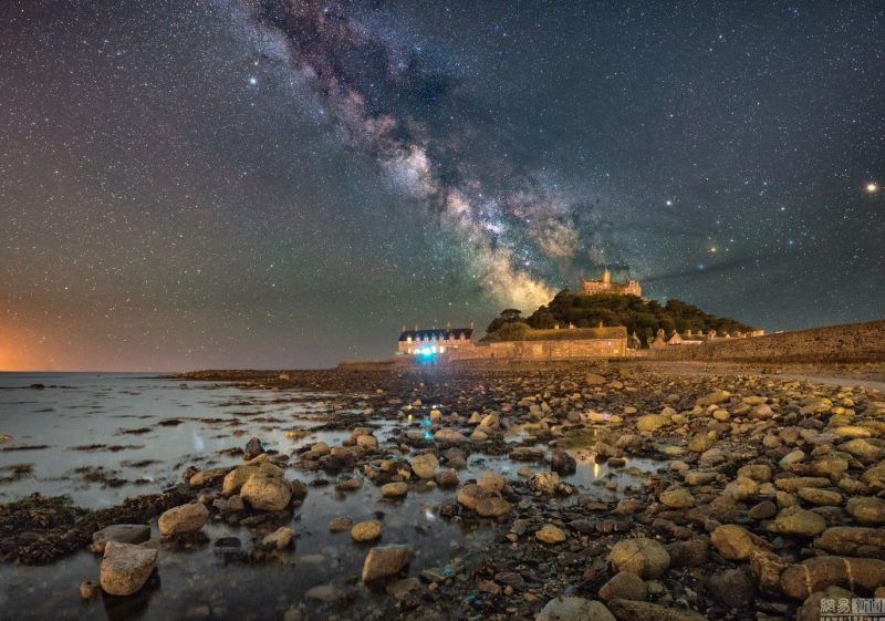 stunning-beautiful-galaxy-milky-way-stars-St-Michaels-Mount-photographs (5)