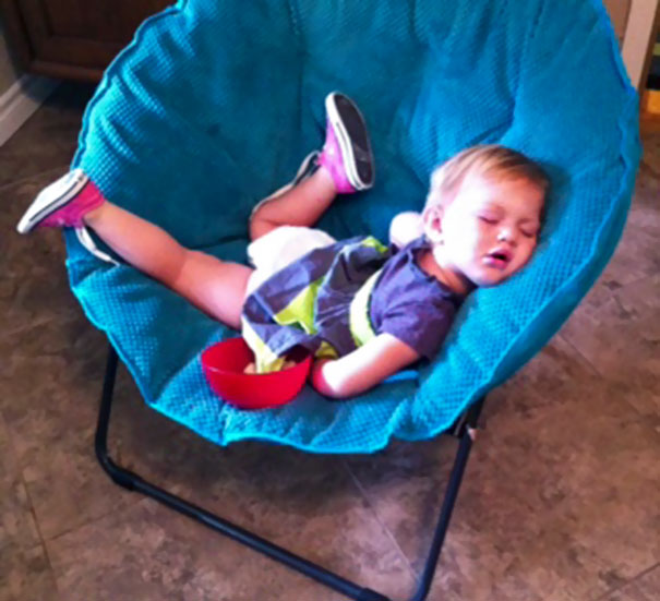 funny-children-kids-sleeping-anywhere-pictures-13