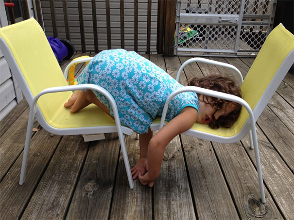 funny-children-kids-sleeping-anywhere-pictures-14