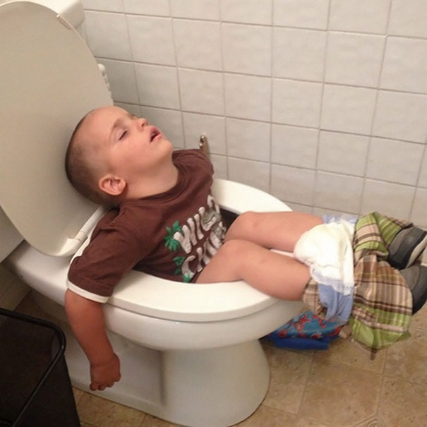 funny-children-kids-sleeping-anywhere-pictures-16