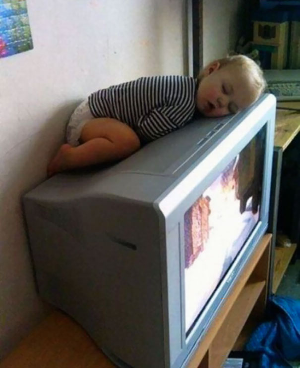 funny-children-kids-sleeping-anywhere-pictures-17