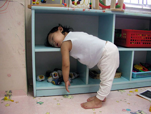 funny-children-kids-sleeping-anywhere-pictures-23