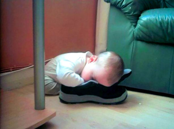 funny-children-kids-sleeping-anywhere-pictures-24