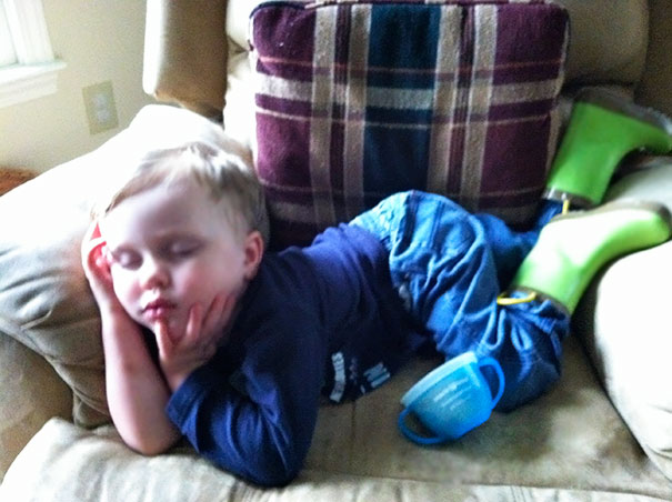 funny-children-kids-sleeping-anywhere-pictures-3