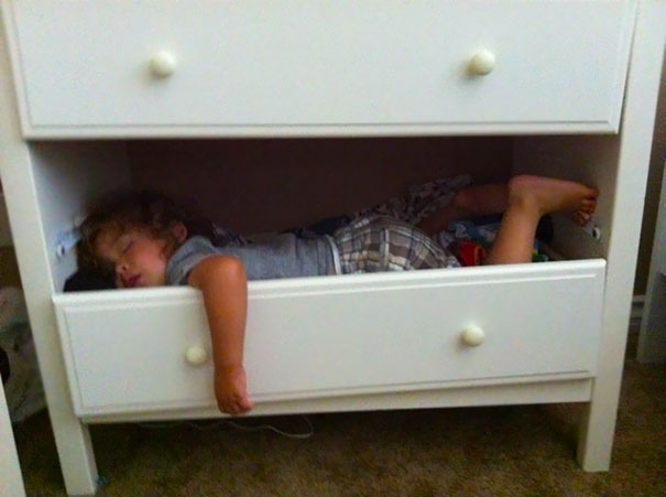funny-children-kids-sleeping-anywhere-pictures-5