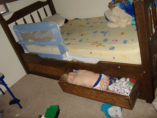 funny-children-kids-sleeping-anywhere-pictures-6