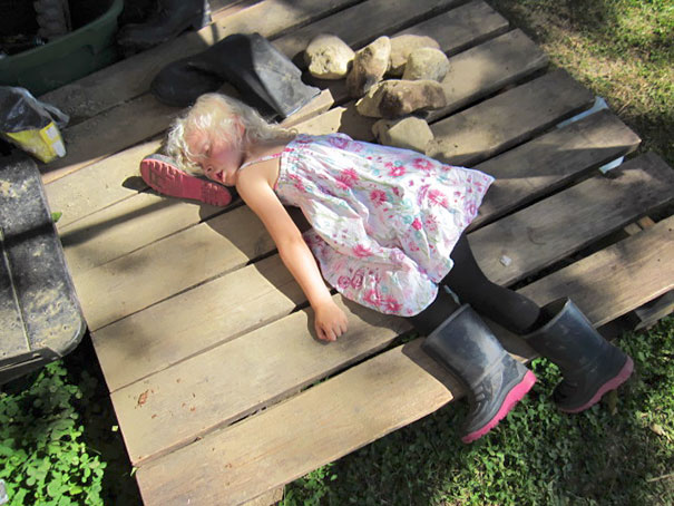 funny-children-kids-sleeping-anywhere-pictures-8