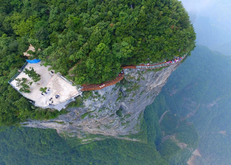 glass-skywalk-zhangjiajie-national-forest-park-tianmen-mountain-transparent-bridge-1