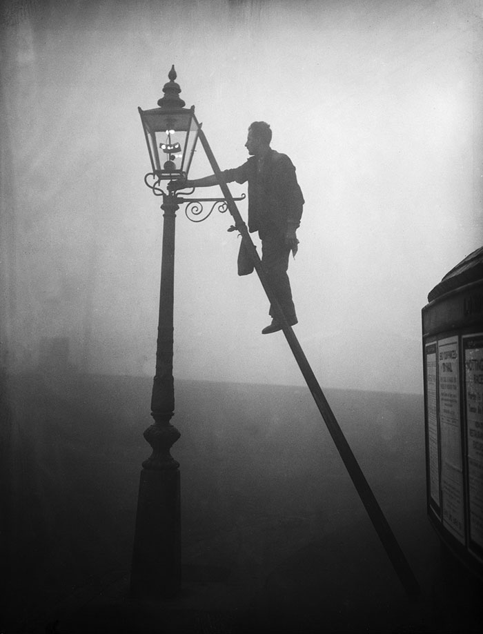 vintage-old-black-white-photographs-120th-century-london-fog-1