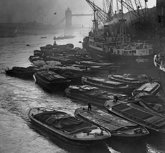 vintage-old-black-white-photographs-120th-century-london-fog-3