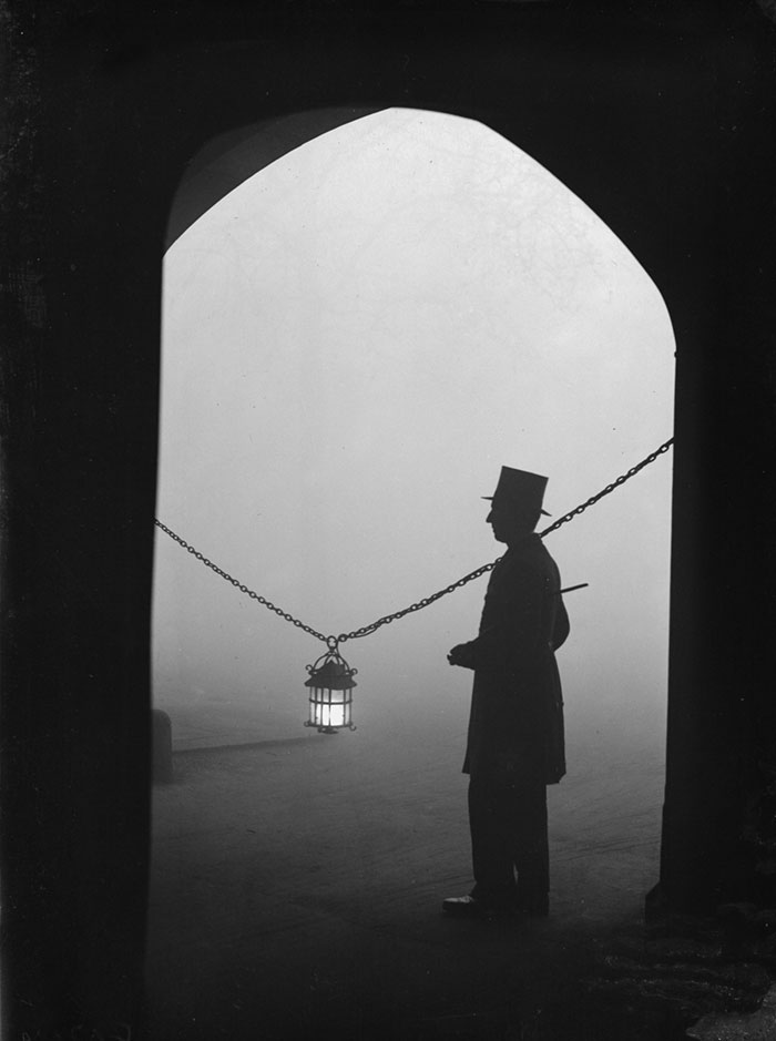 vintage-old-black-white-photographs-120th-century-london-fog-6