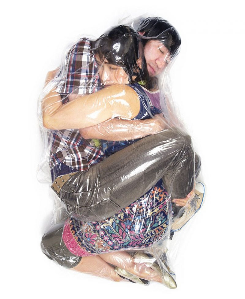 weird-photographs-couples-wraped-up-in-vacuum-plastic-bags-7