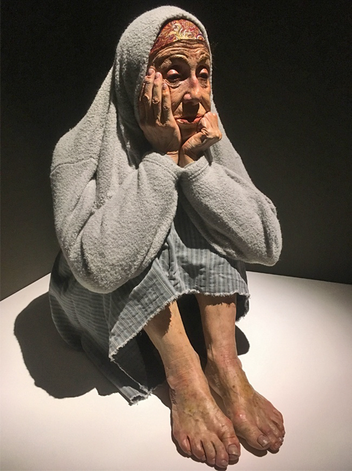 hyper-realistic-sculptures-human-figures-exhibition-8