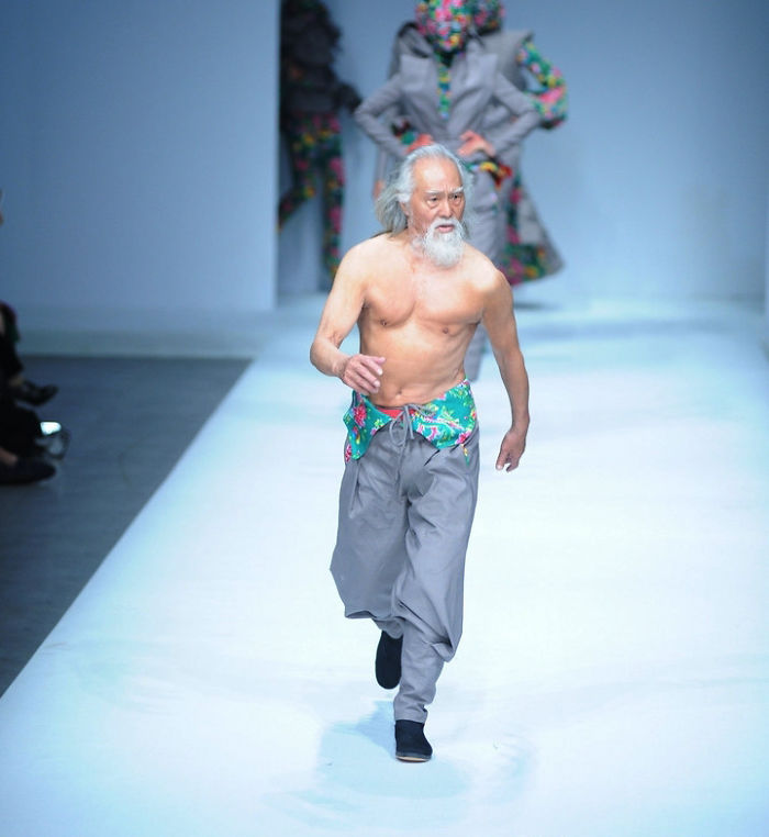 80-year-old-chinese-grandpa-model-debut-first-appearnce-fashion-week-2